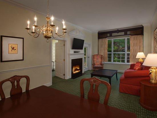 Marriott's Manor Club at Ford's Colony : One-Bedroom Villa - Dining & Living Room