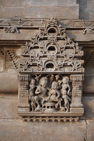 Abhaneri, Ινδία: carving at shrine next to chand baori stepwell
