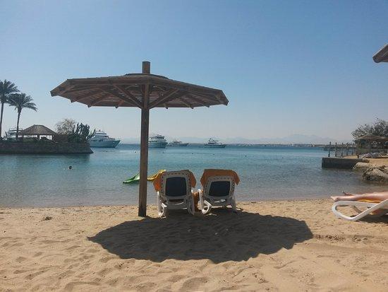 Hurghada Marriott Beach Resort : Strand mit kleiner Insel (links)