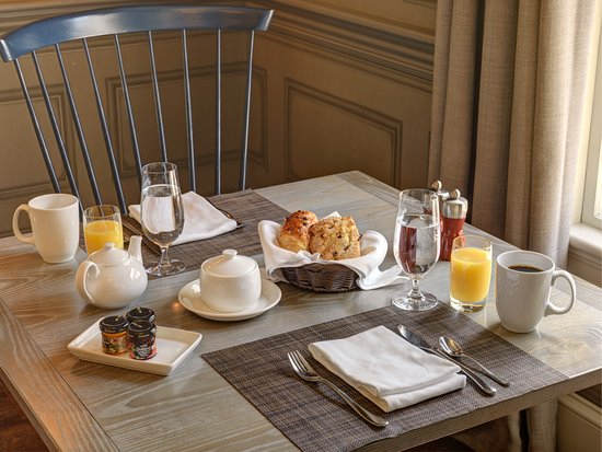 Lexington, MA: Complimentary gourmet breakfast in our restaurant Artistry on the Green