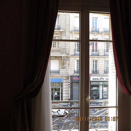 โรงแรมเวียเตอร์: View through the window at the Hotel Viator, Paris
