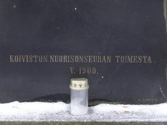 Glebychevo, Russland: надпись внизу памятника и подсвечник