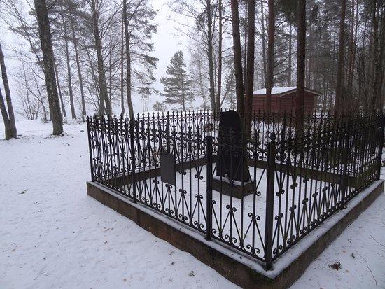 Glebychevo, Russland: Общий вид памятника с оградкой