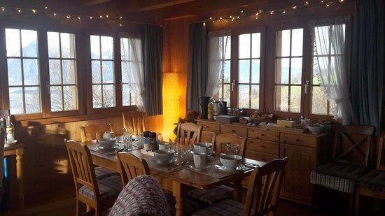 Sigriswil, Suiza: La jolie salle du petit déjeuner et coin salon