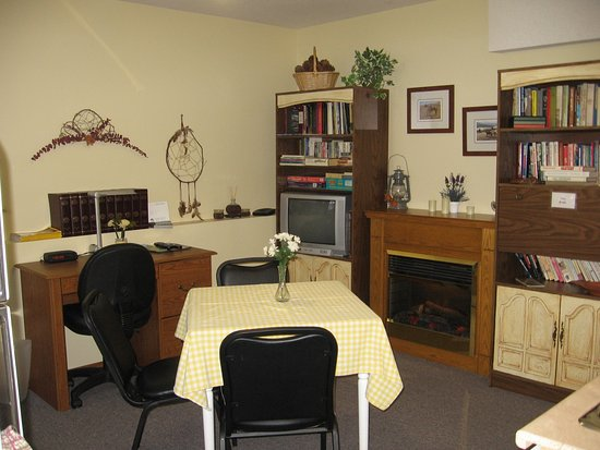 Homestead Bed & Breakfast: Library, games, desk, tv, fireplace