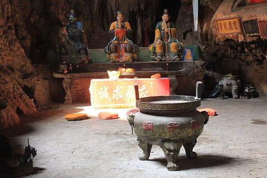 Jianshui County, China: В гротах привходовой части - статуи буддистского пантеона