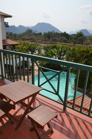 Vansana Vang Vieng Hotel: Balcony with a view to the river and mountains