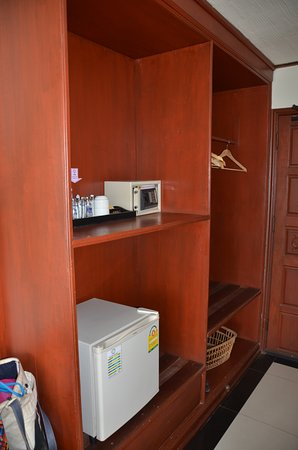 Vansana Vang Vieng Hotel: Refrigerator, safe, kettle and lots of space