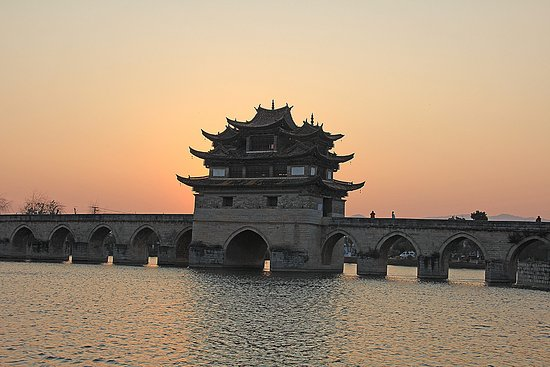 Jianshui County, China: Мост хорош на закате