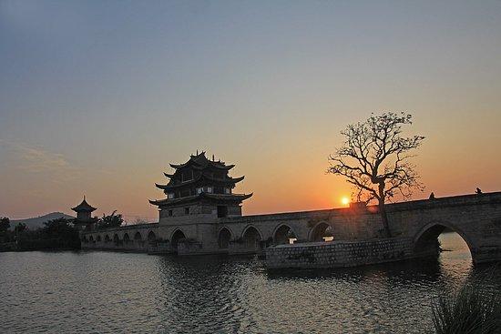 Jianshui County, China: С левого берега снимать сподручней- солнце садится прямо за мост