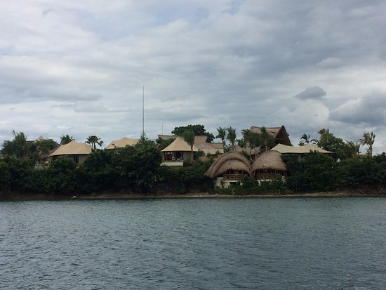 Banyuwedang, Indonesien: View of the resort from the dive boat.