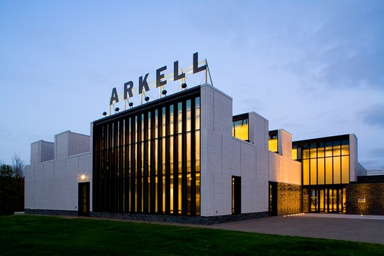 Canajoharie, Нью-Йорк: The Arkell Museum at dusk