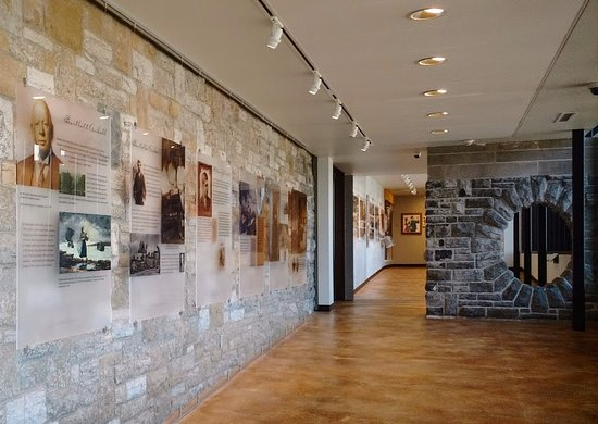"Canajoharie, Нью-Йорк: The exhibit ""The Arkell Family Legacy"" along the Walkway"