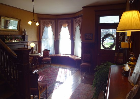 The 1899 Wright Inn and Carriage House: Entrance parlor