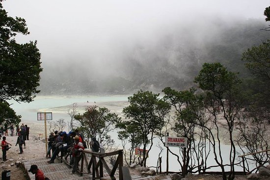 Ciwidey, Indonesien: Kawah Putih with jar rent car