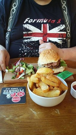 Turnditch, UK: Tiger burger with welsh rarebit