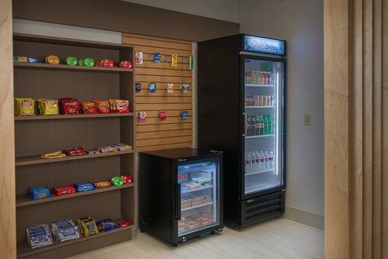 Holiday Inn Express Lawrence : Gift/Snack Shop