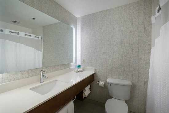 Holiday Inn Express Lawrence : Guest Bathroom