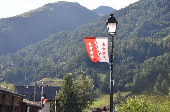 Ulrichen, Switzerland: Le drapeau haut valaisan .