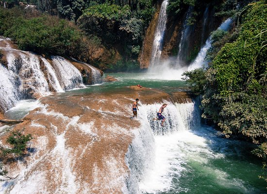 Lashio, Birma: Many cliffs or waterfalls to jump at Dark Horse Falls