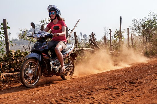 Lashio, Birma: Riding motorcycles through back roads.