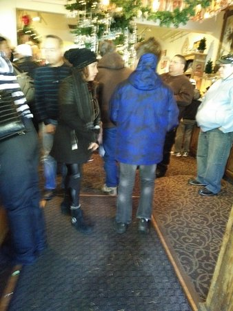 Wrightwood, CA: customers waiting to be seated