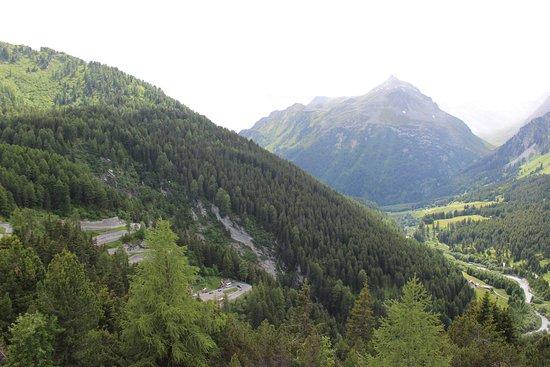 Canton of Graubunden, Switzerland: Estrada tortuosa.