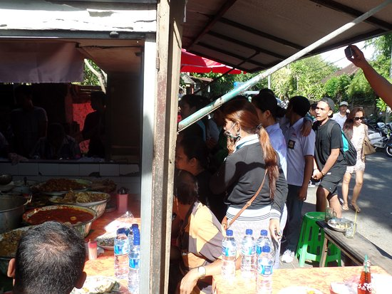 Noosa Bali Tours: Long queue for Nasi Campur