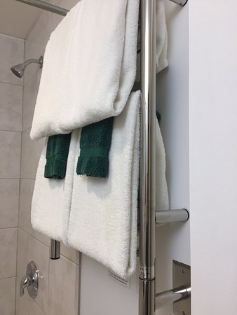 Elizabeth Lake Lodge: Heated bathroom floors.  Deep tub. Heated towels. Handmade goat soap. Great coffee beans with gr