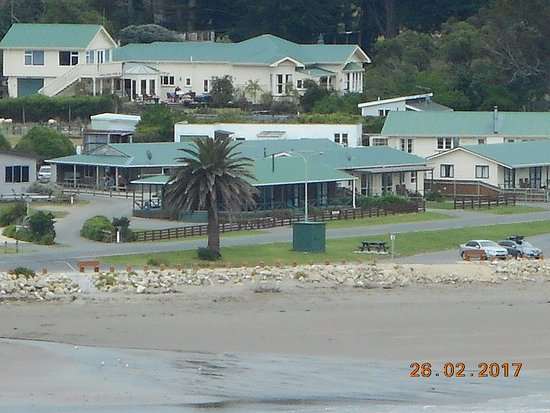 Castlepoint Holiday Park and Motels: Telefoto shot from the lighthouse - motel units 3&4 almost out of pic on right