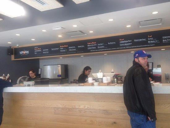 Philz Coffee: Sıra beklerken kahveler hazırlanıyor.