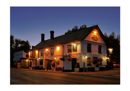 White lion pub: The White Lion at Night