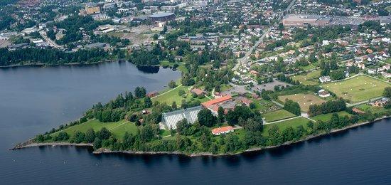 Anno Museum Domkirkeodden: Domkirkeodden stikker ut i Mjøsa rett vest for Hamar sentrum/ The museum seen from above.