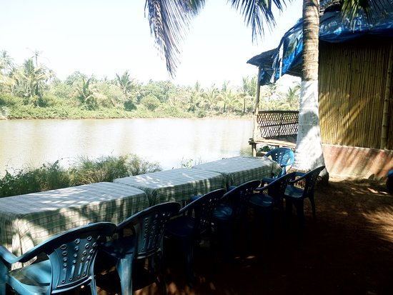 Om Lake Resort: Lake side Dining