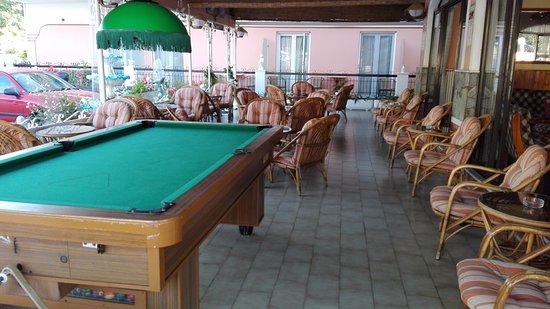 Maltezos Hotel: Bar with pool table
