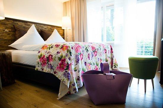 Romantik Hotel Hirschen: Suite Privat Hotel, 34qm, Bett 180x200cm, Schramm-Schlafsystem, Klimaanlage, Balkon Südseite