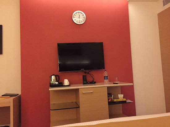 Radisson Salem: Room View showing TV and clock