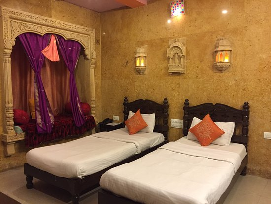 Hotel Tokyo Palace Jaisalmer: The colorful bedroom