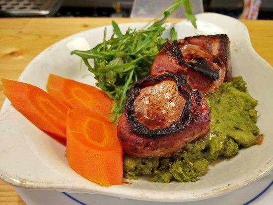 Restaurante Pombeiro: Lombinhos de porco com bacon no espeto em cama de esmagado de legumes