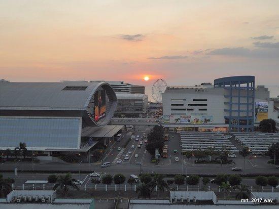 Sea Residences Condotel: Uitzicht op de Mall of Asia met ondergaande zon