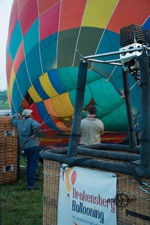 Drakensberg Ballooning: Firing up the ballon...