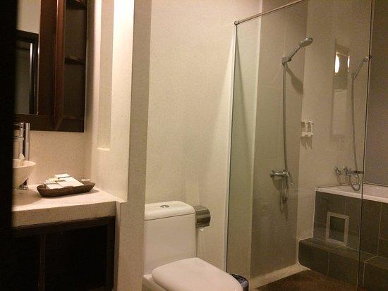 Xin Lan Xin Hotel: Big & comfortable Bathroom