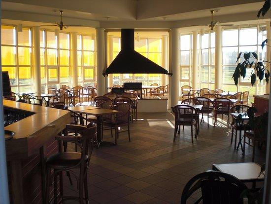 Interieur restaurant, vue panoramique sur le parcours et sur le lac ...