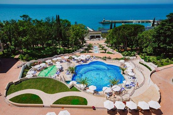 Swissotel Resort Sochi Kamelia: Hotel territory view with heated pool and Black Sea