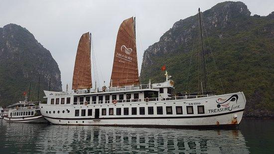 Ha Long Bay Daily Tours: Boat