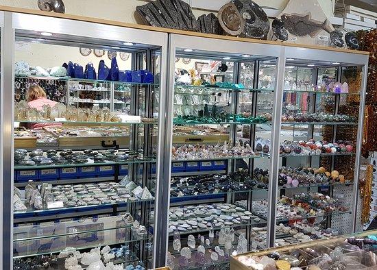 Minerales do Brasil: Nouvelle disposition de la boutique on ne peut pas pousser les murs alors on a réduit nos étagèr