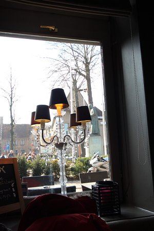 t Schrijverke: A lamp next to our table