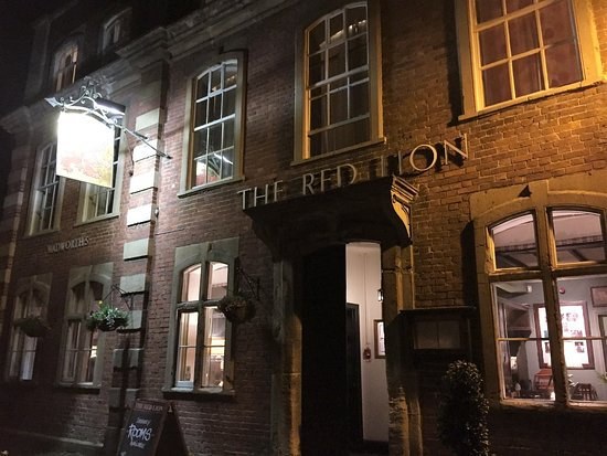 The Red Lion: Front of Pub