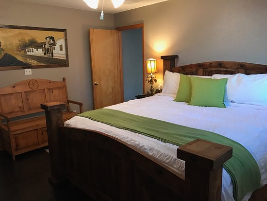 The Cove BNB: ANTIGUA SUITE KING SIZE BED