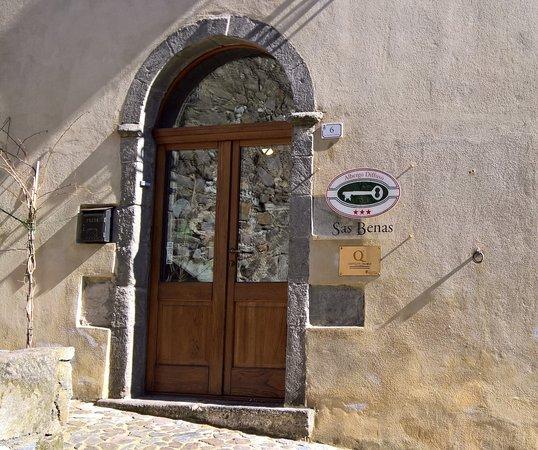 Santu Lussurgiu, Italia: L'ingresso del locale, che da accesso anche alla struttura ricettiva con lo stesso nome...